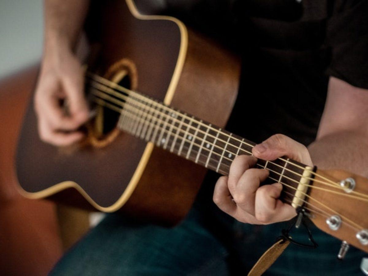 Hobi bermain gitar
